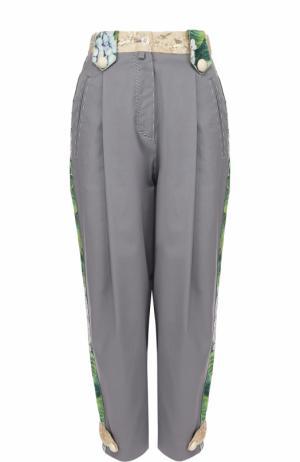 Укороченные брюки с лампасами и защипами Dolce & Gabbana. Цвет: серый
