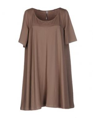 Короткое платье CORINNA CAON. Цвет: бежевый