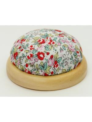 Игольница-подушечка Красные цветы Magic Home. Цвет: белый