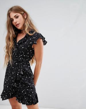 Motel Платье с запахом, отделкой рюшами и принтом звезд. Цвет: черный