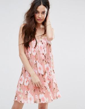 Missguided Плиссированное платье-комбинация с цветочным принтом. Цвет: розовый