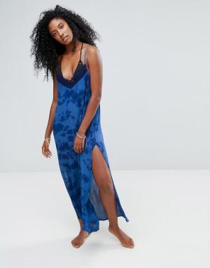 Liquorish Пляжное платье макси с принтом тай-дай и кружевом кроше. Цвет: синий