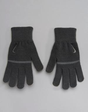 Nike Training Серые трикотажные перчатки в полоску с противоскользящими вставками Ni. Цвет: серый