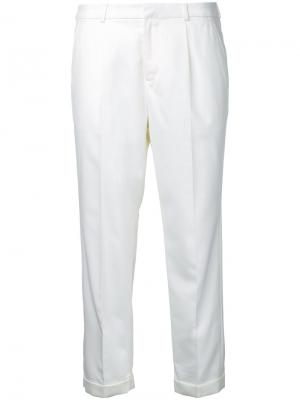 Укороченные классические брюки Loveless. Цвет: белый