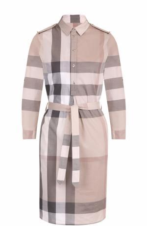 Платье-рубашка в клетку с поясом и погонами Burberry. Цвет: бежевый