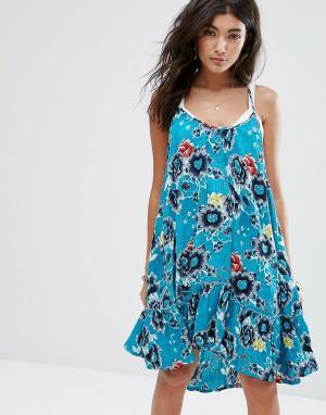 Billabong Свободное пляжное платье на бретельках с оборкой по краю и морским при. Цвет: синий