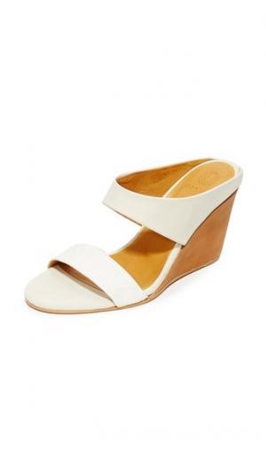 Босоножки на танкетке Julian Coclico Shoes. Цвет: белый/igloo со спущенными