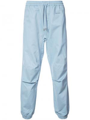 Спортивные брюки Maharishi. Цвет: синий