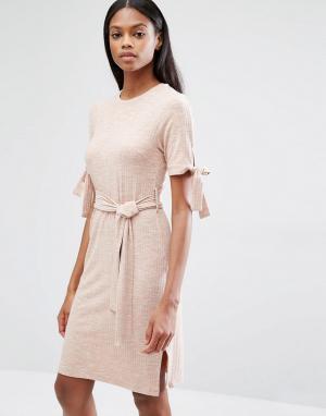 Lavish Alice Светло-бежевое трикотажное платье в рубчик с завязкой. Цвет: розовый