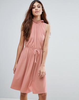 Club L Платье с высоким воротом и присборенной талией. Цвет: розовый