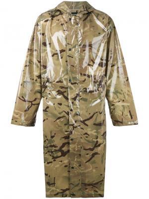 Пальто с капюшоном и камуфляжным принтом Misbhv. Цвет: зелёный