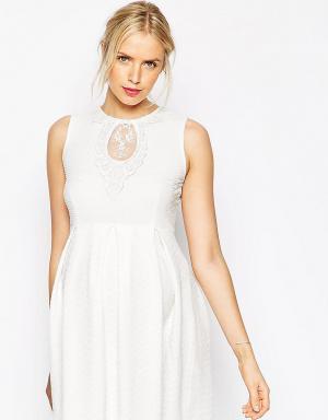 ASOS Maternity Приталенное платье для беременных с кружевной вставкой. Цвет: белый