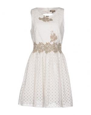 Короткое платье EUREKA. Цвет: слоновая кость