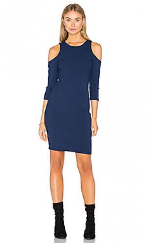 Платье в рубчик с открытыми плечами Eight Sixty. Цвет: синий