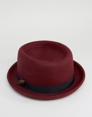 ASOS Бордовая фетровая шляпа с загнутыми кверху полями и пером. Цвет: красный
