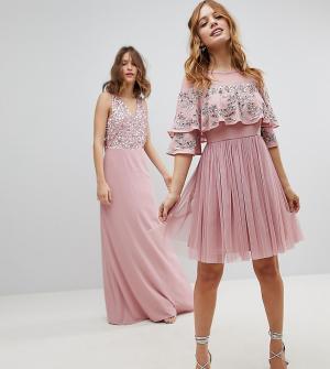Maya Petite Платье миди с прозрачной отделкой и кейпом. Цвет: розовый