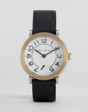 Marc Jacobs Часы с золотистым безелем и черным кожаным ремешком MJ1514. Цвет: черный
