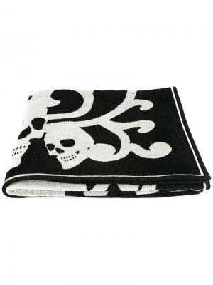 Пляжное полотенце с черепами Alexander McQueen. Цвет: чёрный