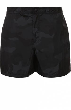 Плавки-шорты с камуфляжным принтом и карманами Valentino. Цвет: черный