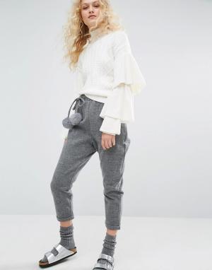 I Love Friday Укороченные брюки с меховыми помпонами. Цвет: серый
