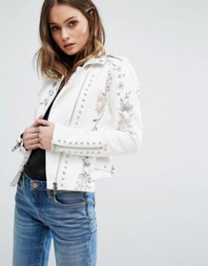 BLANK NYC Байкерская куртка из искусственной кожи с цветочной вышивкой и заклепк. Цвет: белый