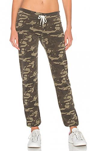 Состаренные спортивные брюки с камуфляжным рисунком MONROW. Цвет: военный стиль