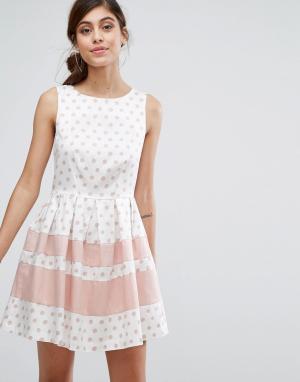 Closet London Приталенное платье мини в горошек с контрастными полосами. Цвет: мульти