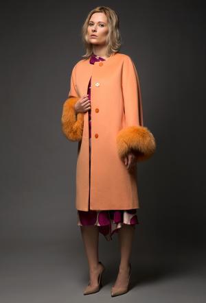 Модное приталенное пальто с мехом персикового цвета Heresis. Цвет: персиковый
