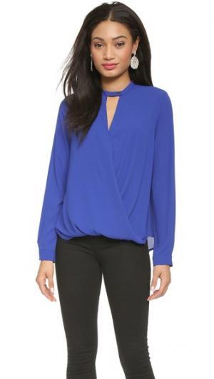 Фирменная блуза с перекрученным элементом спереди And B. Цвет: кобальт