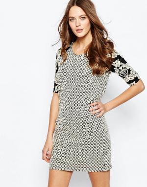 Maison Scotch Цельнокройное платье с контрастным принтом на рукавах. Цвет: мульти