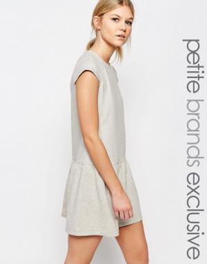 One Day Petite Трикотажное платье с оборкой на подоле. Цвет: серый