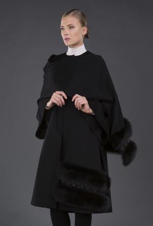 Черное женское пальто  с роскошным палантином Heresis. Цвет: черный