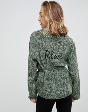 To Be Adored Шелковая пижамная рубашка с леопардовым принтом Bibiana. Цвет: зеленый