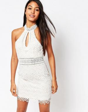 Love Triangle Платье мини с высоким воротом и вырезом капелькой. Цвет: кремовый