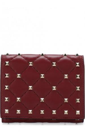 Кожаный бумажник  Garavani Rockstud Spike с металлическими заклепками Valentino. Цвет: красный