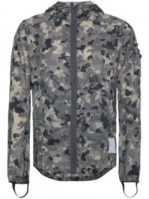 Камуфляжная куртка-ветровка Satisfy. Цвет: серый