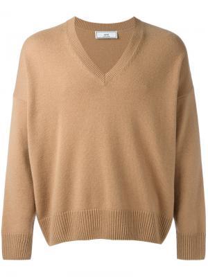Объемный свитер с Vобразной горловиной Ami Alexandre Mattiussi. Цвет: коричневый
