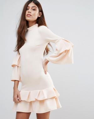 Club L Платье с высоким воротом и оборками. Цвет: бежевый