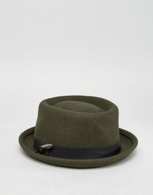 ASOS Шляпа цвета хаки с плоской круглой тульей и пером. Цвет: зеленый