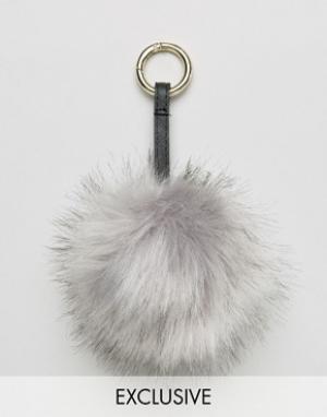 My Accessories Брелок для ключей с серым помпоном из искусственного меха Accessori. Цвет: серый