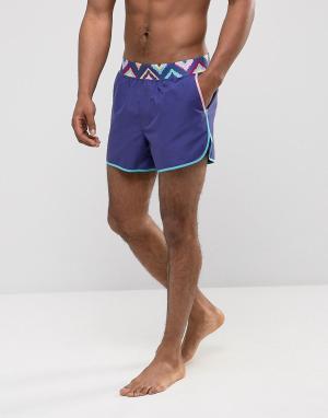 ASOS Короткие шорты для плавания с ацтекским принтом на поясе и контрастной. Цвет: фиолетовый