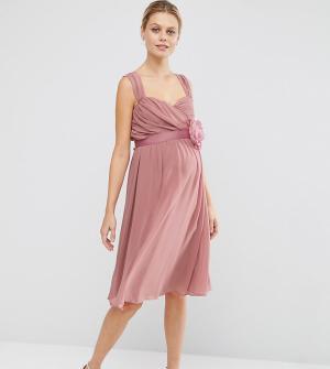 ASOS Maternity Шифоновое платье-бандо миди для беременных WEDDING. Цвет: розовый