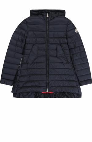 Стеганое пуховое пальто с капюшоном и оборкой Moncler Enfant. Цвет: синий