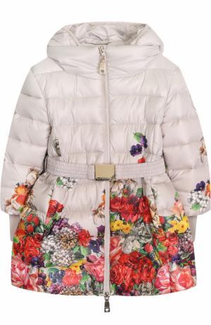 Пуховое пальто с принтом и капюшоном Monnalisa. Цвет: разноцветный