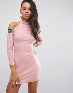 SHADE London Облегающее платье с вырезами на плечах и фирменной лентой. Цвет: розовый