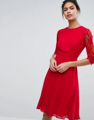 Elise Ryan Приталенное платье миди с кружевной талией и рукавами. Цвет: красный