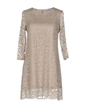 Короткое платье ANGELA MELE MILANO. Цвет: бежевый