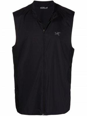 Arcteryx жилет на молнии с логотипом Arc'teryx. Цвет: черный