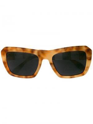 Солнцезащитные очки в массивной оправе Carolina Herrera. Цвет: желтый