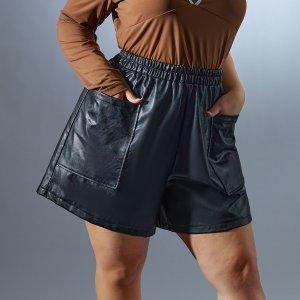 Размера плюс Шорты карманом с кожаным эффектом SHEIN. Цвет: чёрный